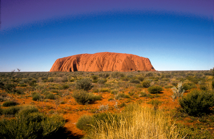 Ayers Rock/Uluru in central Australian desert, Northern Terr...