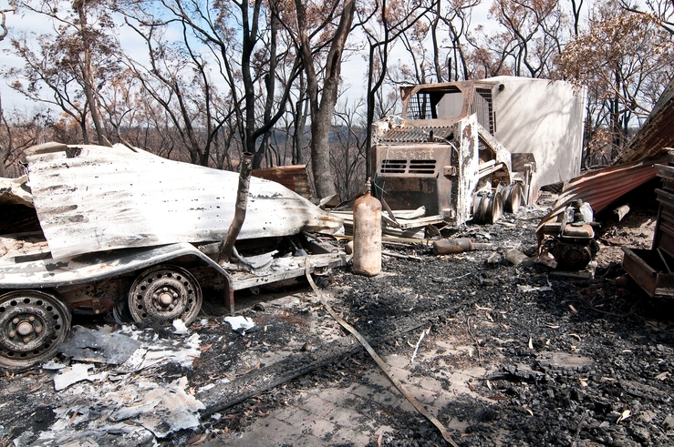Burnt-out vehicles at Strathewen after the 'Black Saturday' ...