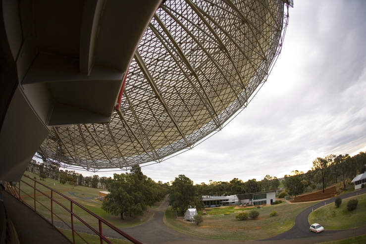 The CSIRO Parkes radio telescope in operation