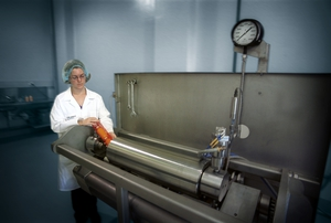 Loading bottles into the high-pressure processing unit