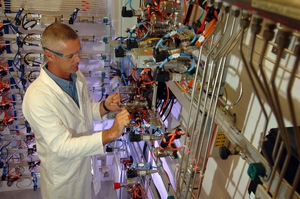 CSIRO researcher working at SynCat, CSIRO's Synfuel and Catalysis Research Facility